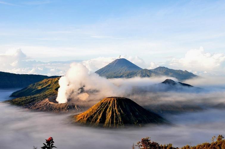 Les deux belles montagnes en Indonésie